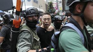 En av demonstranterna som greps i ett tidigt skede av protestmarschen från Causeway Bay till Admiralty.