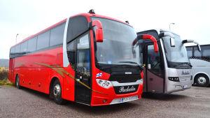 Två bussar.
