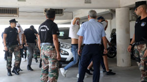 Epäiltyjä nuoria miehiä poliisin taluttamana