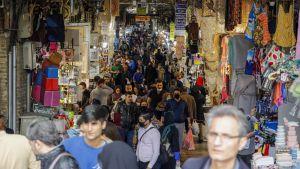 Bazaren i Tehenran är fortfarande fullpackad med kunder trots coronaepidemin