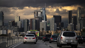 Den här bilden i centrum av Los Angeles togs på torsdagen. Efter guvernörens tal väntas trafiken tunnas ut.