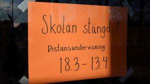 Skylt på dörren i Boxby skola i Sibbo 20.03.20