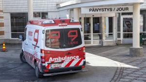 Ambulanssi Peijaksen sairaalan päivystyksessä Vantaalla.