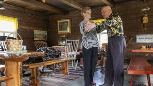 Elmeri ja Anneli tanssivat vanhassa pirtissä.