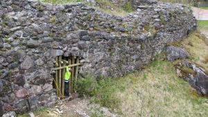 port i medeltida mur, byggare sätter in balkar
