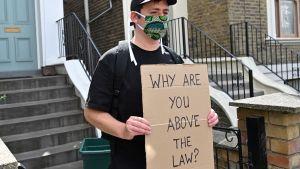 En demonstrant håller en skyld med texten varför står du över lagen