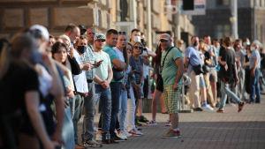 Det var många som köade i Minsk på fredagen för att få lämna sina signaturer för oppositionskandidater.