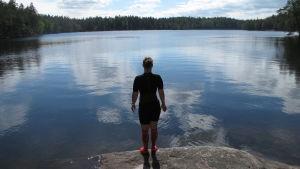 Eva-Lotta Backman iklädd våtdräkt stående vid stranden.