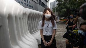 Den politiska aktivisten Agnes Chow Ting fotograferades då hon fick lämna en polisstation i Hong Kong den 1 september. Chow hade hållits gripen misstänkt för brott mot de nya säkerhetslagarna.