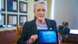 Norska Nobelkommitténs ordförande Berit Reiss-Andersen visar upp mottagaren av Nobels fredpris 2020 - FN:s livsmedelsprogram WFP