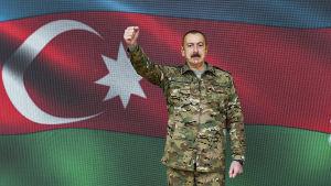 Det här segervissa fotot på Azerbbajdzjans president Ilham Alijev publicerades av presidentkansliet den 30.10.