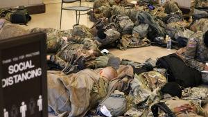 Nationalgardets soldater som bevakar kongressen i USA vilar. 13.1.2021