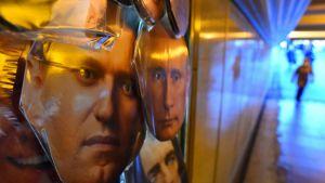 Navalnyj- och Putinmasker till salu i en fotgängartunnel i Sankt Petersburg torsdagen den 14 januari, dagen efter att Navalnyj meddelat att han återvänder till Ryssland på söndagen.