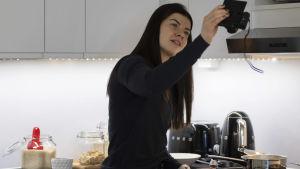 Pernilla Böckerman filmar sig själv då hon lagar mat.