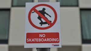 Kieltokyltti, jossa lukee: No skateboarding