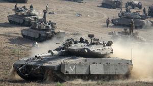 Israels militär på gränsen till Gaza.