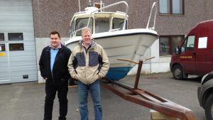 Mikael Rehnberg och Göran Berghem sköter persontransporterna för dem som är fast bosatta i skärgården i Ingå och Raseborg. De står vid Berghems nya båt.