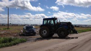 Traktorer fick dra bilar och husvagnar genom gyttjan.