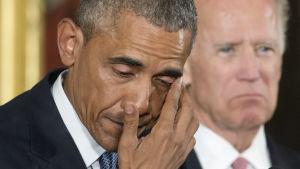 USA:s president rördes till tårar då han talade om skolmassaker och vapenlagar