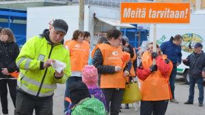 Omkring 100 personer samlades på torget i Jakobstad.