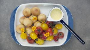 Tomat och tagetes med vaniljsås och madeleine.