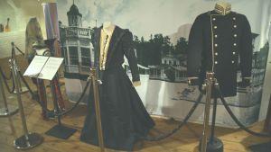 Historiska kläder vid Hangö museum.