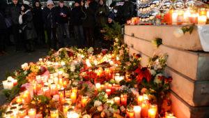 Blommor och ljus till minnet av offren för lastbilsattacken i Berlin.