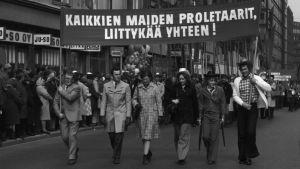 Arbetarnas valborgsmarsch 1972. Sex personer i förgrunden går med en banderoll.