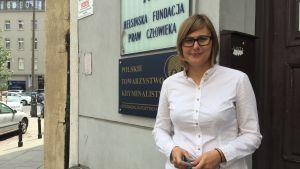 Juristen Dorota Glowacka står på gatan utanför sin arbetsplats i centrum av Warszawa