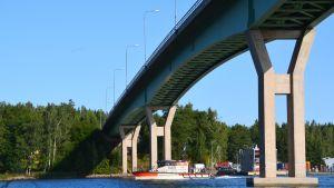 Emsalö bro och en sjöräddningsbåt