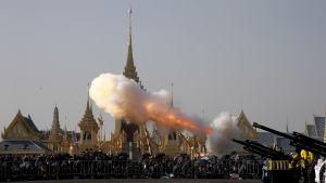 Det kungliga gardet inledde riterna med att skjuta salut tidigt på morgonen