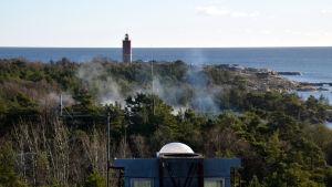 Rök från granateld på Russarö i Hangö.