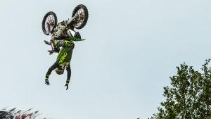 Sebastian Westberg gör en volt med sin motorcykel