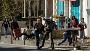 Stenkastande ungdomar i närheten av en israelisk vägspärr i Betlehem på lördagen.