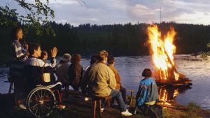 Metsoloiden tv-perheen jäseniä järven rannalla