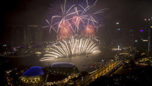 Fyrverkeri vid Marina Bay i Singapore.