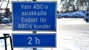 Trafikmärke vid ABC i Gammelby i Lovisa.