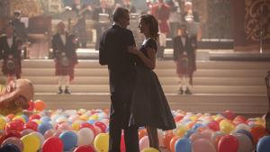 Reynolds Woodcock (Daniel Day-Lewis) och Alma (Vicky Krieps) dansar tillsammans bland ett hav av ballonger.