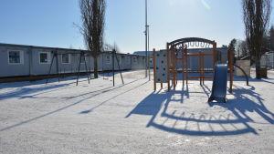 baracker och en klätterställning i vintervädret vid s:t karins svenska skola