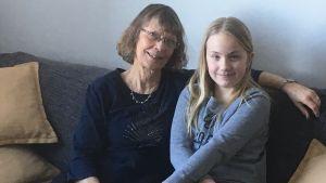 Farmor Marina med barnbarnet Linda