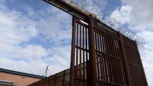 Fängelsestängsel och taggtråd i Vanda fängelse.