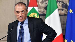 Carlo Cottarelli höll en presskonferens i presidentpalatset på måndagen.