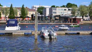 Båtar vid brygga på Borgå å