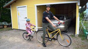 Johnny Kronqvist och dottern Elli cyklar ofta tandem i Lojo.