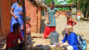 Maria Westerling från FInska missionssällskapet pratar med bybor i Nepal