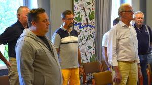 Runebergskören övar aleatorisk sång med slutna ögon.