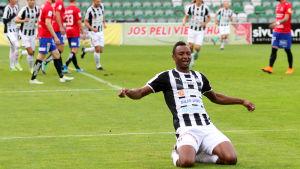 Sterling Yateke firar mål.