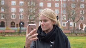 Hanna Ylöstalo tar en selfie.