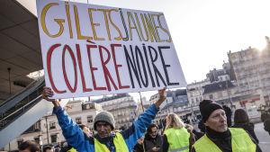 Demonstranter i gula västar deltar i protesten i Paris.