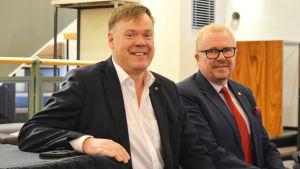 En bild på två män som sitter i en soffa - från vänster Björn Siggberg, Ragnar Lundqvist.
